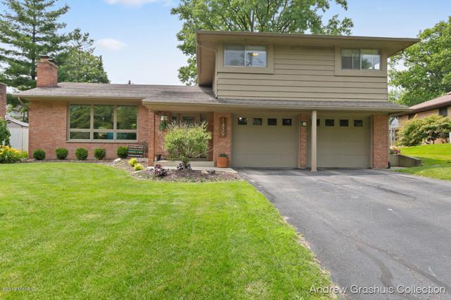 1439 Woodcliff Drive SE, East Grand Rapids, MI 49506 (MLS #19032371) :: JH Realty Partners