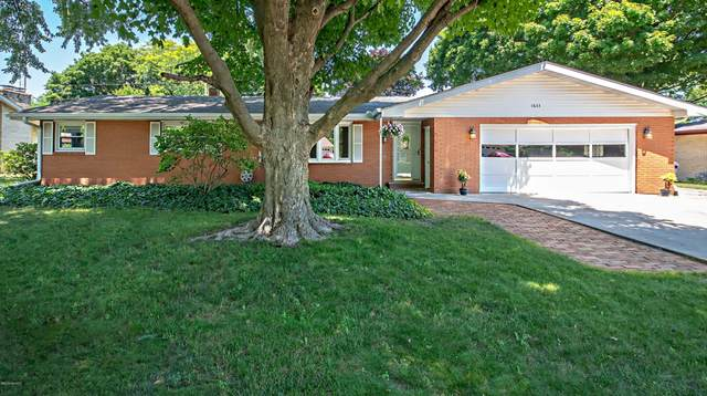 1633 N Teakwood Drive, Stevensville, MI 49127 (MLS #20026305) :: Jennifer Lane-Alwan