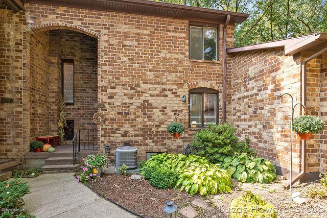 2585 Chatham Woods Drive SE, Grand Rapids, MI 49546 (MLS #20039795) :: Ron Ekema Team