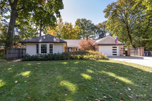 2616 Elmwood Drive SE, Grand Rapids, MI 49506 (MLS #20042735) :: Keller Williams RiverTown