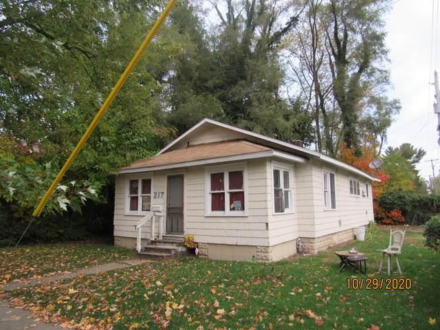 217 Cross Street, Benton Harbor, MI 49022 (MLS #20047350) :: Deb Stevenson Group - Greenridge Realty