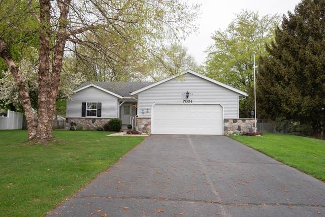 7051 Oak Hollow Court, Jenison, MI 49428 (MLS #21015733) :: Your Kzoo Agents