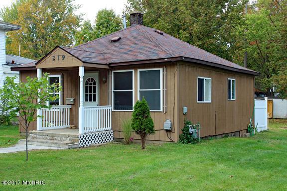 219 E Plainwell Street, Plainwell, MI 49080 (MLS #17051783) :: Matt Mulder Home Selling Team