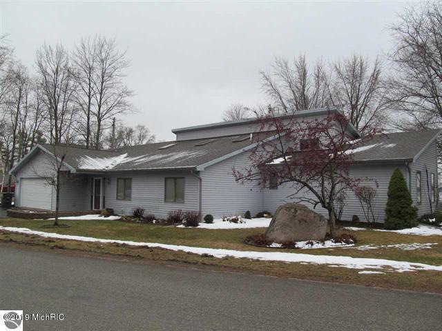 585 E Lake Mitchell Drive, Cadillac, MI 49601 (MLS #19015883) :: Deb Stevenson Group - Greenridge Realty