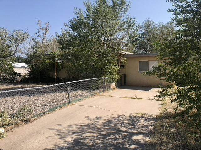2736 Georgia Street NE, Albuquerque, NM 87110 (MLS #979843) :: The Bigelow Team / Red Fox Realty