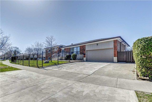 2 Wheelwright Cres, Toronto, ON M3N 1V3 (#W4112716) :: Beg Brothers Real Estate