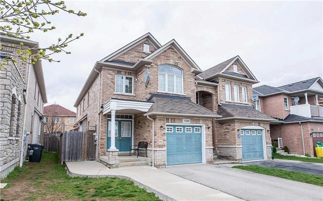 7068 Village Walk, Mississauga, ON L5W 1X5 (#W4138120) :: Beg Brothers Real Estate