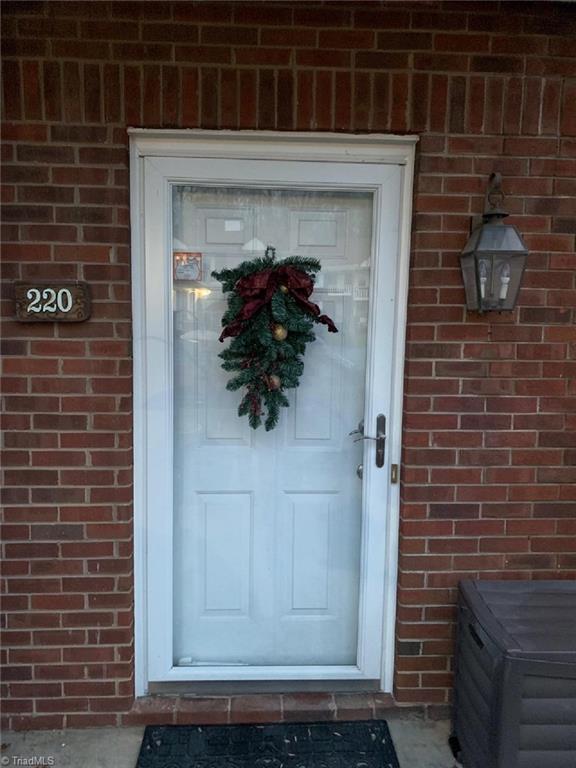 220 Olde Vineyard Court, Winston Salem, NC 27104 (MLS #913438) :: Kristi Idol with RE/MAX Preferred Properties