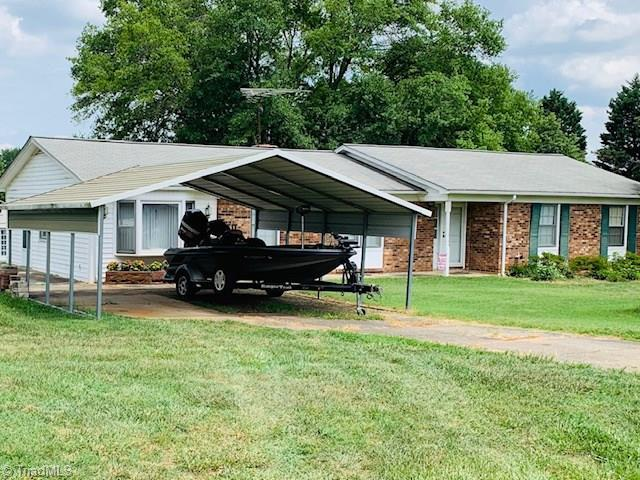 2207 Stonehaven Road, Kernersville, NC 27284 (MLS #940725) :: Berkshire Hathaway HomeServices Carolinas Realty