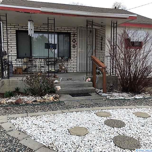 705 Adams St, Richland, WA 99352 (MLS #228045) :: The Lalka Group