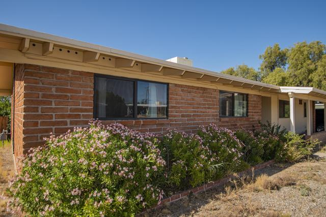 6949 E Luana Drive, Tucson, AZ 85710 (#21913588) :: Long Realty Company