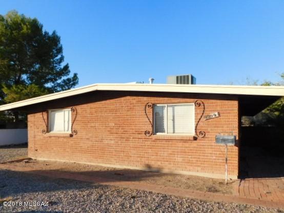 5809 E Rosewood Street, Tucson, AZ 85711 (#21802035) :: The Josh Berkley Team