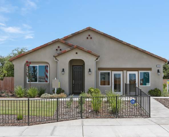 1424 Roundhouse Street, Tulare, CA 93274 (#200287) :: The Jillian Bos Team