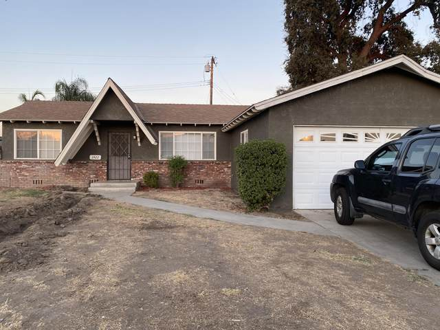 3422 S Hall Street, Visalia, CA 93277 (#205989) :: Martinez Team