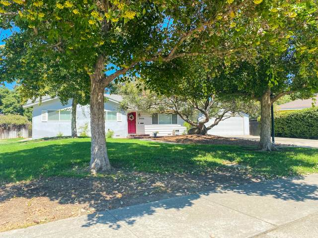 2832 W Sue Avenue, Visalia, CA 93277 (#206112) :: Martinez Team