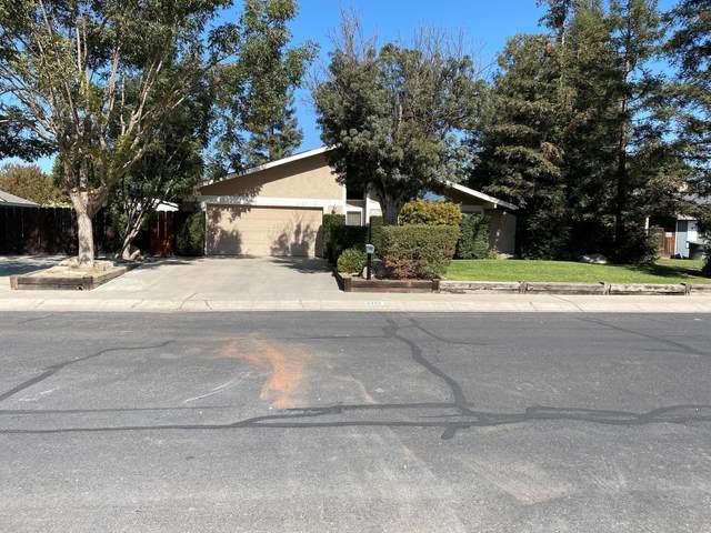 2332 E Paradise Avenue, Visalia, CA 93292 (#213964) :: Robyn Icenhower & Associates