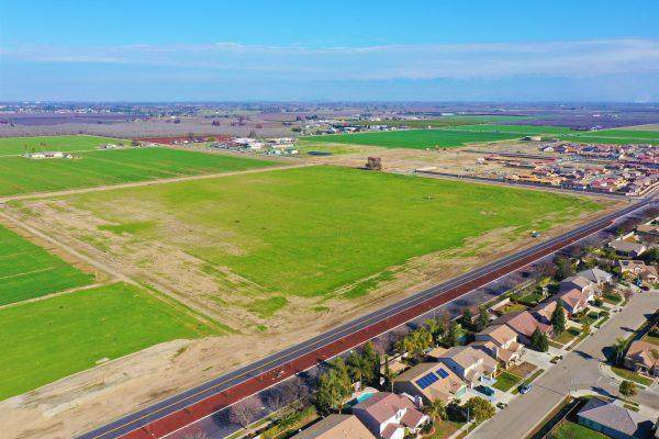 2138 Avenue 248, Tulare, CA 93274 (#202776) :: Robyn Icenhower & Associates