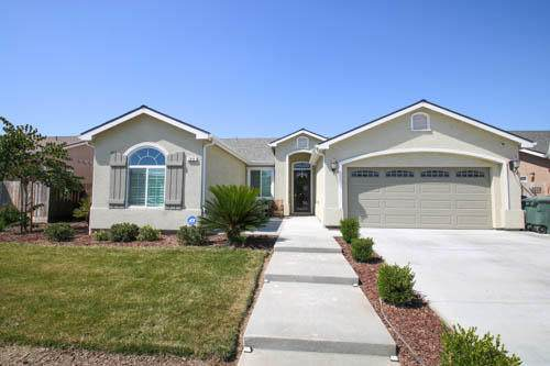 188 W Lilac Avenue, Reedley, CA 93654 (#206124) :: The Jillian Bos Team