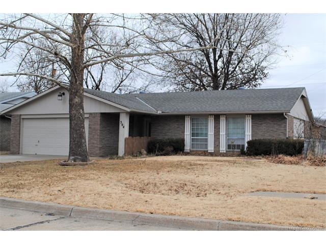 504 Carol Road, Bartlesville, OK 74003 (MLS #1802795) :: Brian Frere Home Team