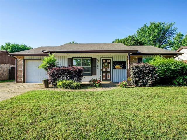 1032 E 143rd Street, Glenpool, OK 74033 (MLS #1818976) :: 918HomeTeam - KW Realty Preferred