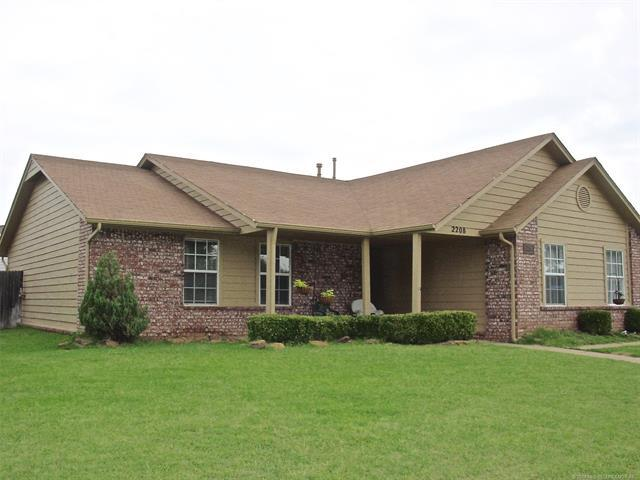 2208 W Quinton Street, Broken Arrow, OK 74011 (MLS #1826301) :: Hopper Group at RE/MAX Results