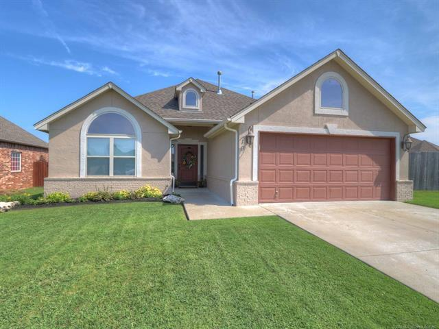 19 E 157th Place S, Glenpool, OK 74033 (MLS #1829544) :: 918HomeTeam - KW Realty Preferred