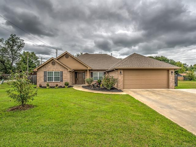 4204 Fairview Road, Bartlesville, OK 74006 (MLS #1833690) :: American Home Team
