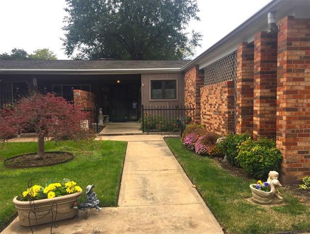 2114 E 60th Street J5, Tulsa, OK 74105 (MLS #1839157) :: American Home Team