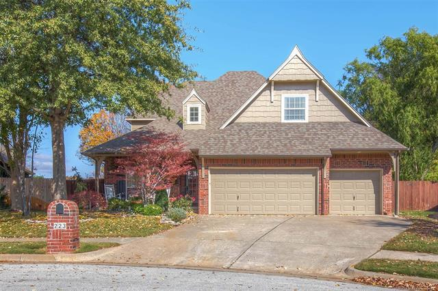 223 E 111th Place S, Jenks, OK 74037 (MLS #1841933) :: American Home Team