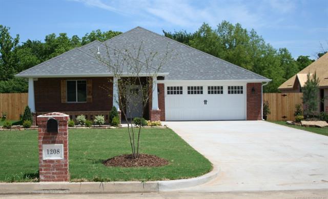 1208 Magnolia Drive, Ada, OK 74820 (MLS #1842770) :: American Home Team