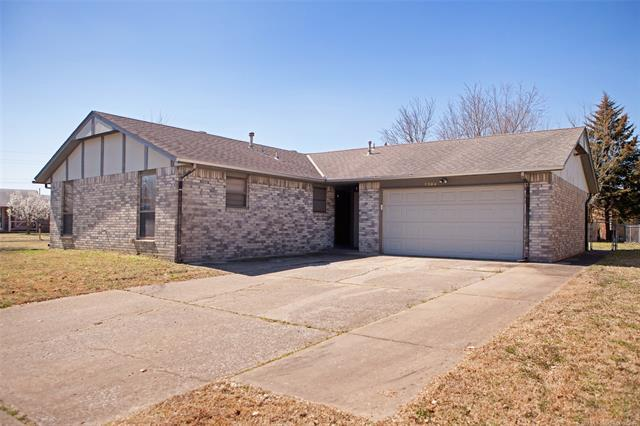 1304 S Lions Avenue, Broken Arrow, OK 74012 (MLS #1910227) :: American Home Team
