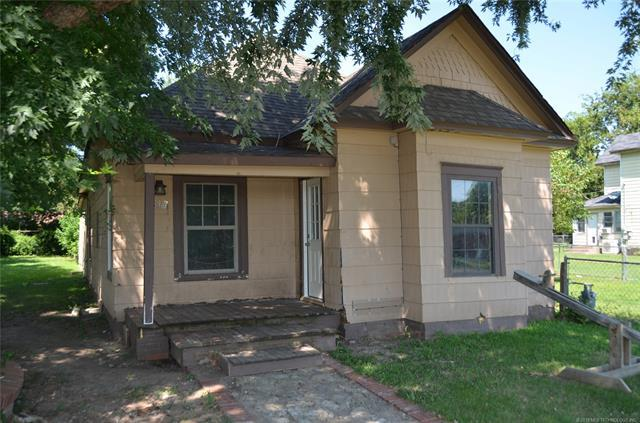 318 S Pecan Street, Nowata, OK 74048 (MLS #1928902) :: Hopper Group at RE/MAX Results