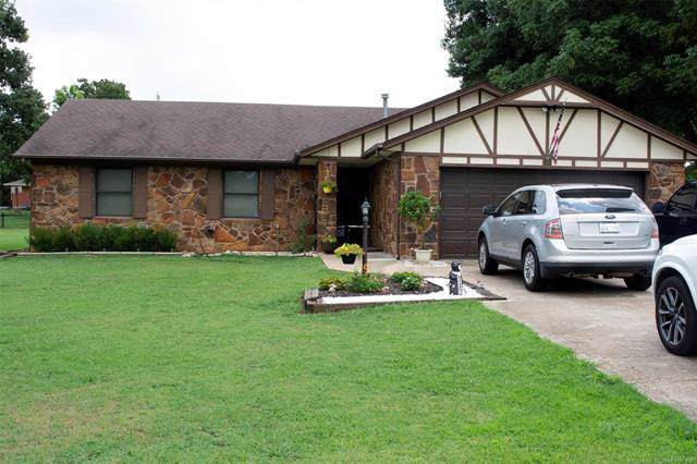 10 W 43rd Street, Sand Springs, OK 74063 (MLS #1929740) :: Hopper Group at RE/MAX Results