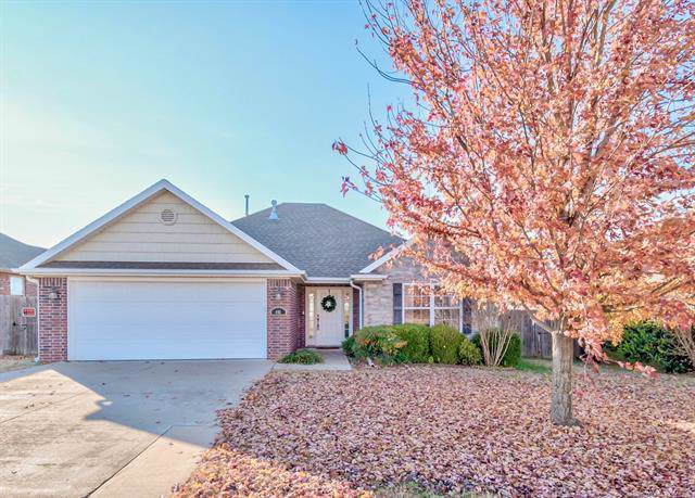 441 NE Debell Avenue, Bartlesville, OK 74006 (MLS #1940456) :: Hopper Group at RE/MAX Results