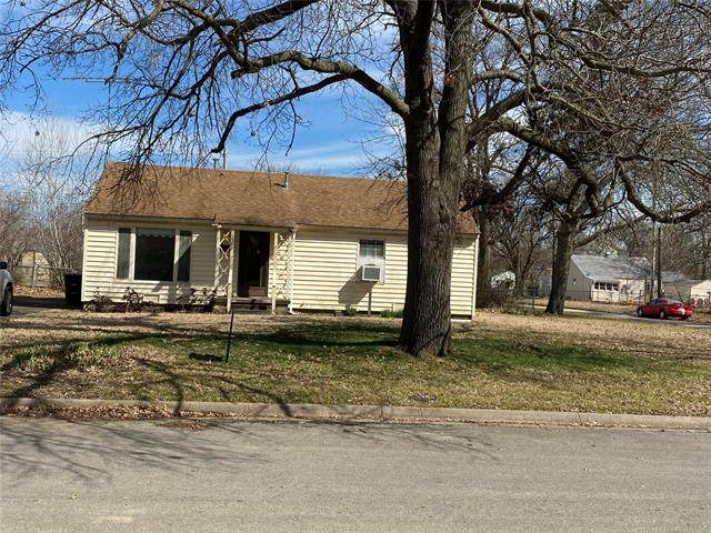 1562 S Hickory Avenue, Bartlesville, OK 74003 (MLS #2009974) :: Hopper Group at RE/MAX Results
