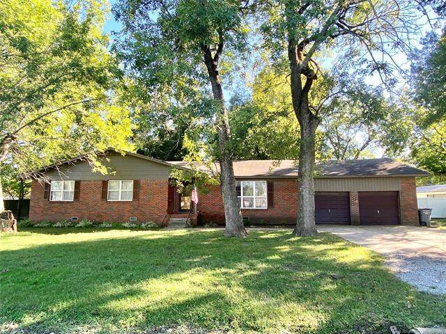 301 W Cowley Avenue, Chouteau, OK 74337 (MLS #2036092) :: Hometown Home & Ranch