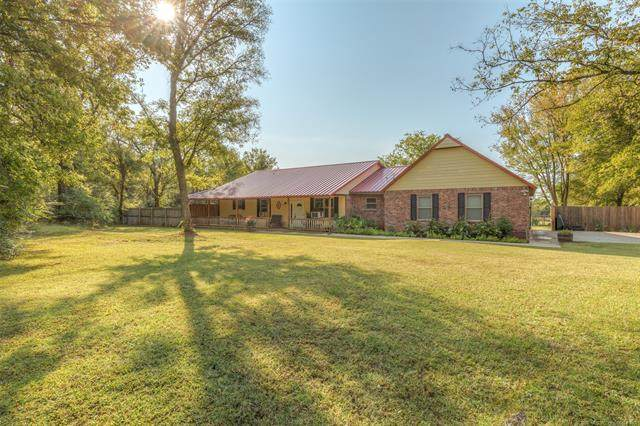 1000 E 8th Street N, Chouteau, OK 74337 (MLS #2036680) :: 918HomeTeam - KW Realty Preferred