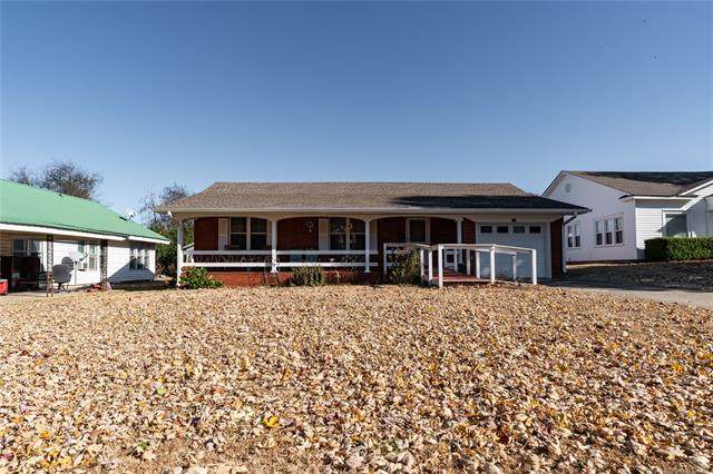 410 S 4th Street, Okemah, OK 74859 (MLS #2036947) :: Hometown Home & Ranch