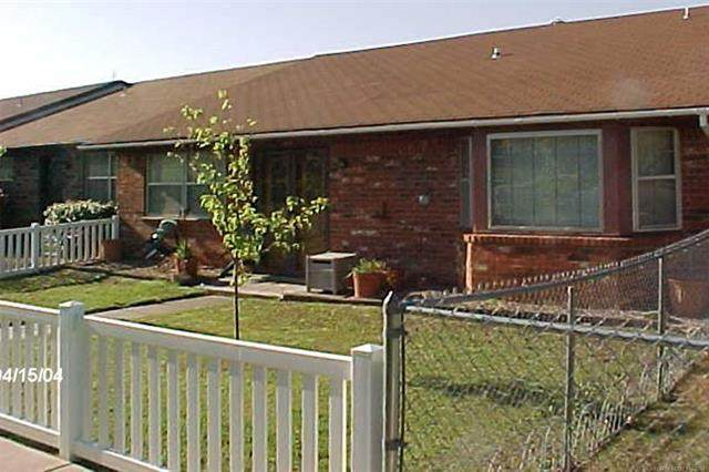 1424 S Stoneridge Manor, Ardmore, OK 73401 (MLS #2118136) :: Hopper Group at RE/MAX Results