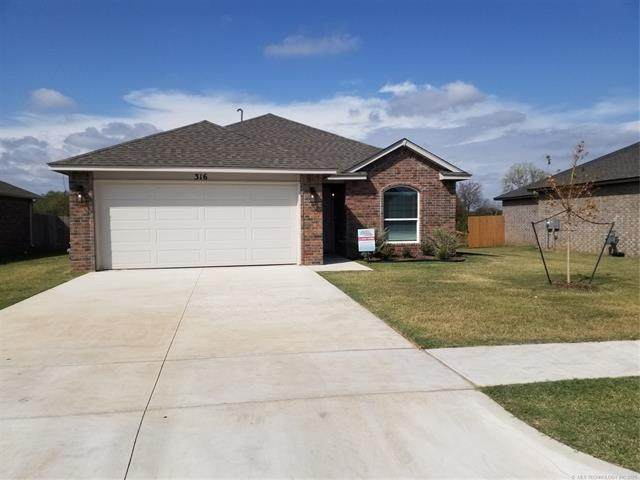 316 S 48th Court, Broken Arrow, OK 74014 (MLS #2134718) :: Hopper Group at RE/MAX Results