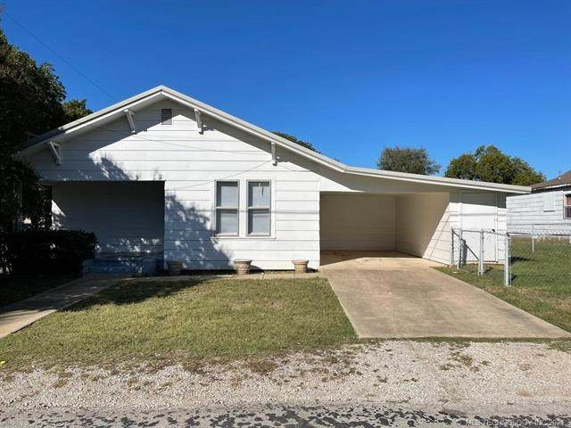 113 10th NE, Ardmore, OK 73401 (MLS #2136442) :: Hopper Group at RE/MAX Results