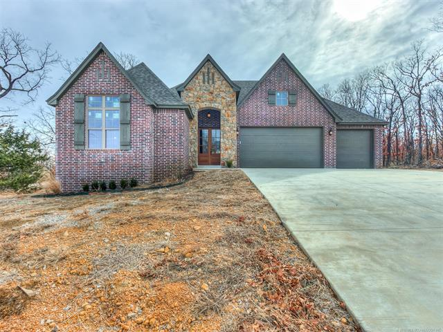1233 SW Southcliff Drive, Bartlesville, OK 74003 (MLS #1806273) :: Brian Frere Home Team