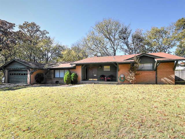 925 Briarwood Drive, Bartlesville, OK 74006 (MLS #1939023) :: Hopper Group at RE/MAX Results