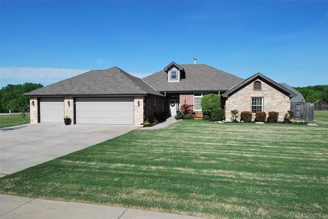 2812 Stonewall Drive, Bartlesville, OK 74006 (MLS #1809148) :: Brian Frere Home Team