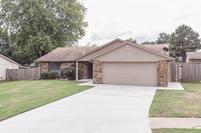 217 W Los Angeles Street, Broken Arrow, OK 74011 (MLS #2034651) :: Hopper Group at RE/MAX Results