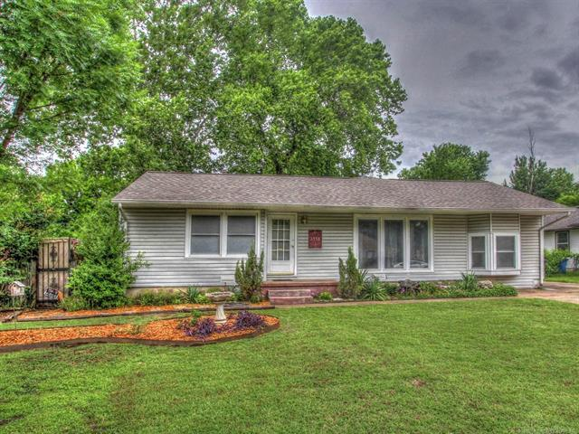 2448 S Oswego Avenue, Tulsa, OK 74114 (MLS #1822037) :: Hopper Group at RE/MAX Results