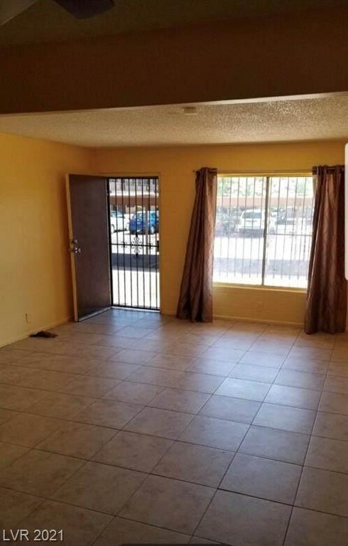 585 Royal Crest Circle #16, Las Vegas, NV 89169 (MLS #2287345) :: Custom Fit Real Estate Group