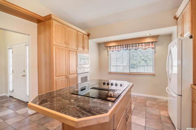 582 S Oak Ln E, Tooele, UT 84074 (#1708647) :: Red Sign Team