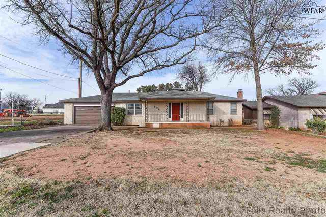 204 W Texas Avenue, Iowa Park, TX 76367 (MLS #159362) :: WichitaFallsHomeFinder.com
