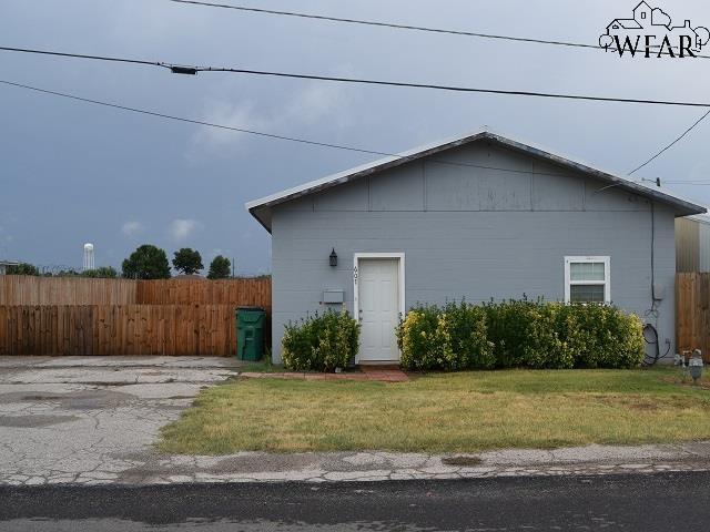 607 W Bank Street, Iowa Park, TX 76367 (MLS #149979) :: WichitaFallsHomeFinder.com